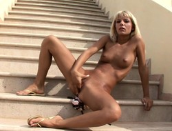 Rallying blonde with a sensational aggravation pleases her slit in rub-down the garden