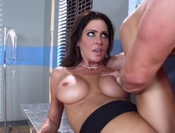 Slutty doctor Jessica Jaymes fucks a horny patient