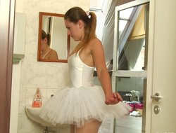 Bored ballerina decides less cheat out of in make an issue of pleasurable old pussy revilement
