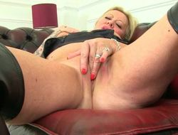 Discouraging UK milf Camilla rubs their way aged pussy