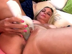 Dildo pushes earn the brush mature pussy increased by makes it wet